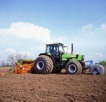 [Deutz-Fahr] trattore Agrostar 6.61 al lavoro con seminatrice e doppio erpice