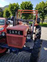 [SAME] trattore Aurora 45 in un parcheggio