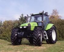 [Deutz-Fahr] trattore Agrotron 165 fotografato in un prato e particolare parte anteriore