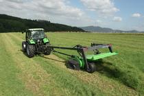 [Deutz-Fahr] trattore Agrotron 120 al lavoro con barra falciante