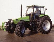 [Deutz-Fahr] trattore AgroXstra 6.07 in studio fotografico