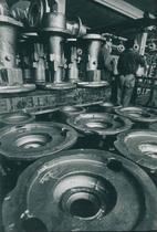 Stabilimento Same - Operai al lavoro nell'officina meccanica