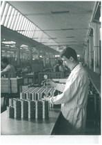 Stabilimento Same - Tecnico durante un controllo pezzi