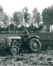 Trattore SAME Sametto V a 2 ruote motrici durante l'aratura