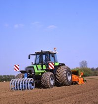 [Deutz-Fahr] trattore Agrostar 6.61 al lavoro con erpiece e seminatrice