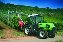 [Deutz-Fahr] trattore Agroplus 90 S al lavoro con atomizzatore tra i filari