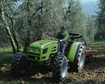 Trattore Deutz-Fahr Agrolux 97 LP in lavorazione all'interno di un oliveto