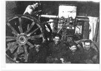 Francesco Cassani (al volante) e i suoi collaboratori posano col prototipo del primo trattore diesel mai realizzato al mondo