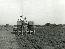 [Deutz-Fahr] trattore D 6806 al lavoro in campo con aratro