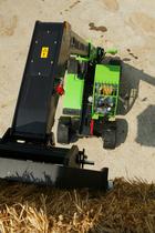 [Deutz-Fahr] trattore Agrovector al lavoro con caricatore frontale