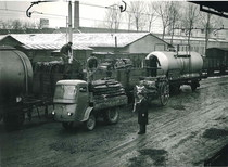 Samecar industriale al lavoro in uno scalo ferroviario