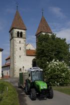 [Deutz-Fahr] trattore Agroplus 90 F al lavoro con rimorchio carico di cassette contenenti il raccolto