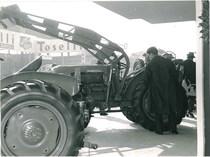 66ª Fiera Internazionale dell'Agricoltura Verona, 8-16/3/1964 - Particolare di un trattore SAME 250 serie automazione con pala