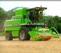 Les specialistes des systemes de recolte presentent: la premiere presse a grosses balles automotrice du monde.