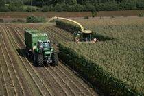 [Deutz-Fahr] trattore Agrotron X 720 al lavoro in campo con rimorchio