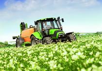 [Deutz-Fahr] trattore Agrotron 150.7 al lavoro in campo con atomizzatore e irroratrice