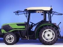 [Deutz-Fahr] dettagli trattore Agrocompact 70 F in studio fotografico