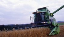 [Deutz-Fahr] mietitrebbia 5680 HTS e trattore Agrotron 4.85 con rimorchio e pala caricatrice al lavoro
