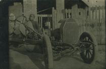 """Francesco Cassani al volante dell' automobile """"Roland Pilain"""" da lui costruita."""