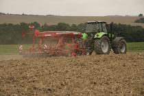 [Deutz-Fahr] trattore Agrotron M 650 al lavoro con erpice e seminatrice