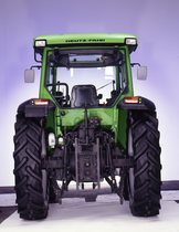 [Deutz-Fahr] trattori Agroplus 60 e Agroplus 70 in studio fotografico visone posteriore