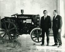 F. Cassani con un ospite davanti al trattore CASSANI 40 CV 1927