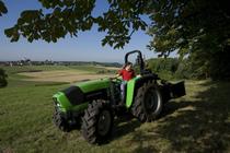 [Deutz-Fahr] trattore Agrolux 70 al lavoro con attrezzatura per spaccare la legna