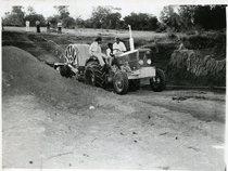 [Deutz-Fahr] trattore D 68 06 al lavoro mentre tira e posa i conduttori elettrici