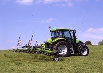 [Deutz-Fahr] trattore Agrotron K 100 al lavoro con voltafieno
