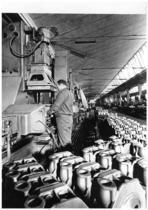 Stabilimento Same - Linea di lavorazione testate motori, operaio al lavoro