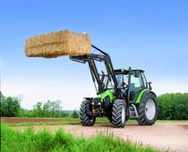 [Deutz-Fahr] trattore Agrotron K 100 al lavoro con caricatore frontale e particolare interno cabina