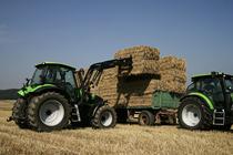 [Deutz-Fahr] trattore Agrotron 150 al lavoro con caricatore frontale e con ripuntatore, erpice e seminatrice