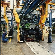 [Deutz-Fahr] trattore Agroprima 6.06 in produzione. Particolare del montaggio ruote