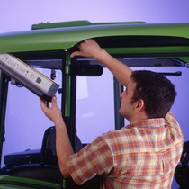 [Deutz-Fahr] trattore Agroplus 100 in studio fotografico