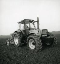 [Deutz-Fahr] trattore Agrostar 6.11 al lavoro con seminatrice e dettagli della cabina