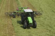 [Deutz-Fahr] trattore Agroplus 80 al lavoro con voltafieno