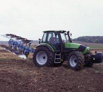 [Deutz-Fahr] trattore Agrotron 130 al lavoro con aratro