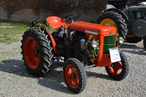 [SAME] trattore DA 12 in mostra in un cortile di Novara
