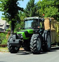 [Deutz-Fahr] trattore Agrofarm 85 al lavoro con rimorchio