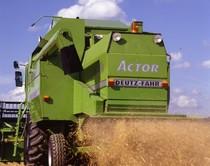 [Deutz-Fahr] mietitrebbia Actor 5520 H al lavoro in campo e particolare dello scarico della granella