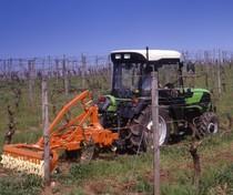 [Deutz-Fahr] trattore Agrocompact 70 F al lavoro con erpice