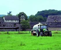 [Deutz-Fahr] trattore Agrotron 150 al lavoro con carrobotte