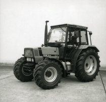 [Deutz-Fahr] trattore DX 3.65 vista laterale e dettaglio interno cabina