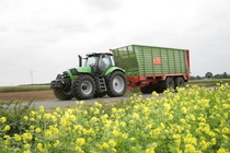 [Deutz-Fahr] trattore Agrotron M 650 al lavoro con rimorchio