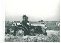 Trattore Same 240 con raccoglitore pressa nella campagna olandese
