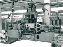 Stabilimento Same - Operaio al lavoro ad una macchina transfer