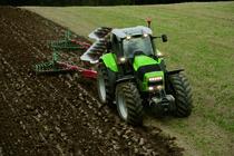 [Deutz-Fahr] trattore Agrotron X 720 al lavoro in campo con ripuntatore ed erpice e aratro non in uso