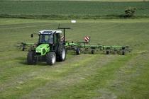 [Deutz-Fahr] trattore Agroplus 77 al lavoro con voltafieno