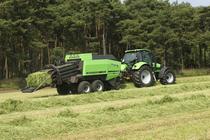 [Deutz-Fahr] trattore Agrotron TTV 1160 al lavoro con barra falciante e rotopressa