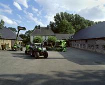 [Deutz-Fahr] trattore Agrotron 150 con rotopressa, Agrovector 30.7 e mietitrebbia nel cortile di un'azienda agricola